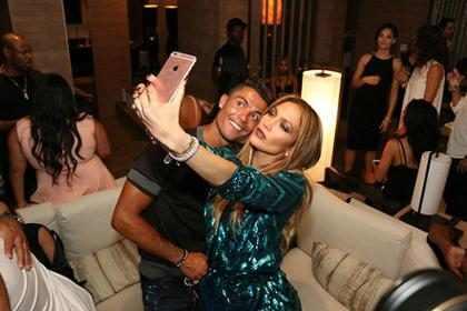 OMG! Mira cómo Cristiano Ronaldo empujó a un fan que quería sacarse una foto con él (Foto + Videos)