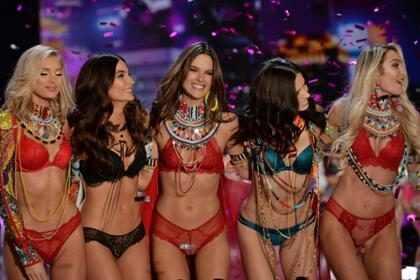 Mira cómo lucen las modelos de Victoria's Secret en el Show y en la vida real