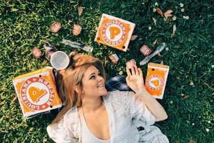 Garota faz ensaio romântico celebrando seu amor por frango frito