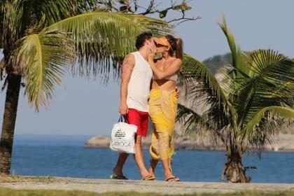 Ed Westwick, de Gossip Girl, e namorada são vistos aos beijos no Rio de Janeiro