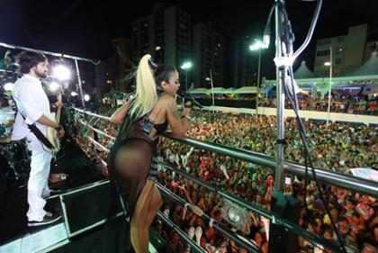 Alinne Rosa usa fantasia inspirada em Paolla Oliveira