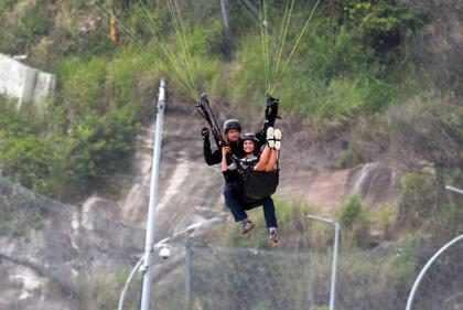 Nina Dobrev salta de parapente no Rio de Janeiro