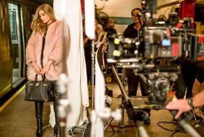 Carlos Vives corona a Ariadna Gutierrez como actriz de su más reciente videoclip (+ Video)