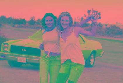 Lili Reinhart e Camila Mendes, de Riverdale, lacram em campanha de moda