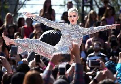 Katy Perry cambia la letra de su canción sobre Taylor Swift y accidentalmente se rompe los pantalones
