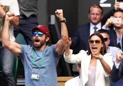 Bradley Cooper e Irina Shayk brigam na frente de todo mundo em Wimbledon