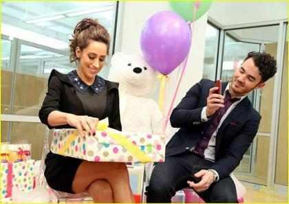 &iexcl;Danielle Jonas y Kevin Jonas entrenan juntos y celebran su <em>baby shower</em>! (+ Fotos)