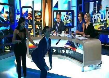 Kim Kardashian ensina apresentador a empinar taça em bumbum