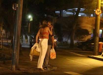 William Bonner troca carinhos com namorada em público e internet não perdoa