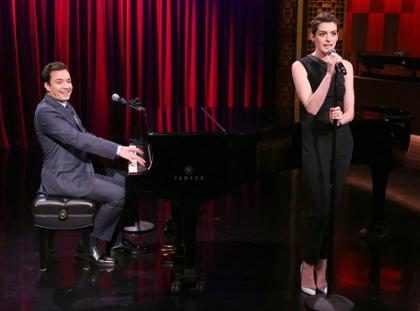 Anne Hathaway y Jimmy Fallon recrean clásicos del rap al estilo Broadway (+ Video)