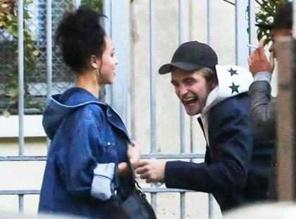 Robert Pattinson é flagrado em dia de compras com namorada