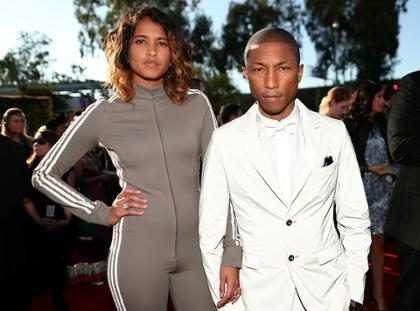 Pharrell Williams arrasa com roupa que muda de cor no red carpet do Grammy 2015