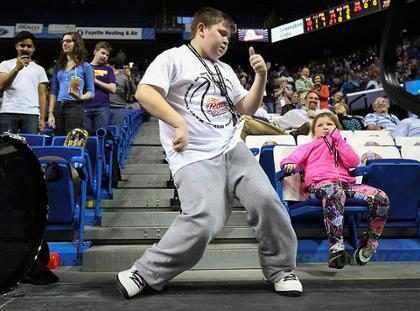Garoto arrasa em coreografia de Happy em intervalo de jogo de basquete