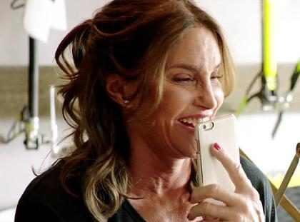 Caitlyn Jenner descobre que Kris tem mesmo vestido que ela em promo de I Am Cait
