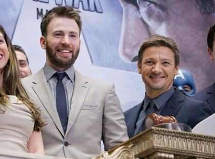 OMG! Chris Evans y Jeremy Renner se pelearon en plena Alfombra Roja de los Oscars ¡Míralos! (+ Foto)