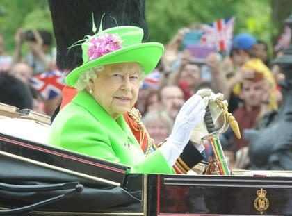 Rainha Elizabeth II quase levou tiro de guarda ao fazer caminhada na madrugada