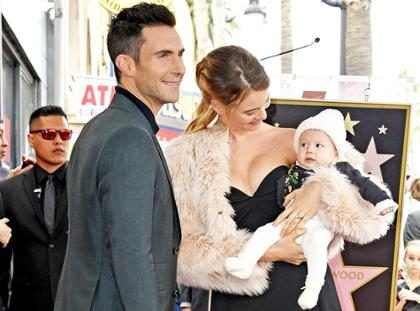 Adam Levine e Behati Prinsloo fazem primeira aparição pública com a filha