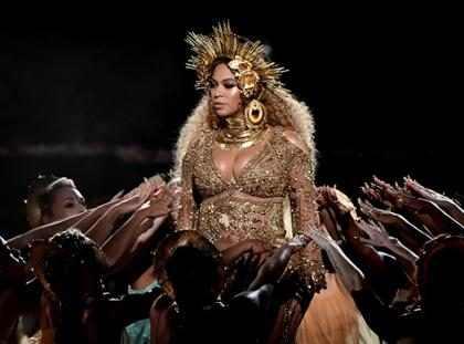 Beyoncé nos dejó sin palabras con su exótico show virginal en los Grammy Awards (+ Fotos)