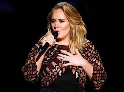 OMG! ¡Adele confirmó que sí está casada en los Grammys y nadie se dio cuenta! (+ Video)