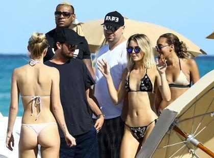 Scott Disick curte festa em Miami cercado de mulheres