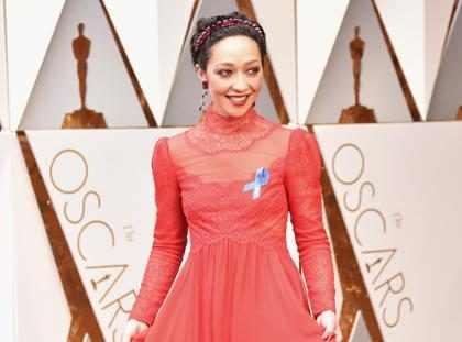 ¿Por qué las estrellas llevan un lazo azul en la #AlfombraRojaE! de los Oscars? (+ Fotos)