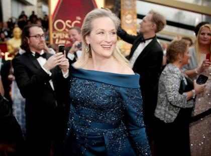 OMG! Meryl Streep casi se cae en la #AlfombraRojaE! y se convierte en la nueva Jennifer Lawrence (+ Video)