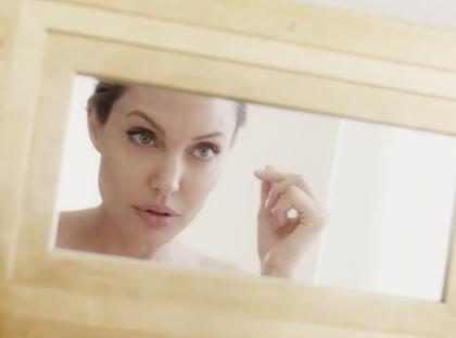 Angelina Jolie aparece deusa em campanha de perfume para Guerlain