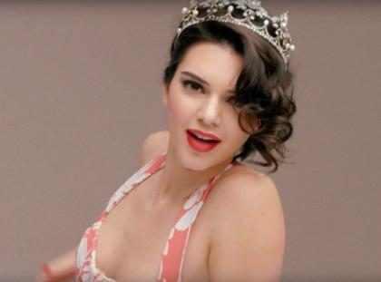 Kendall Jenner se convierte en Marilyn Monroe y canta en ropa interior ¡Tienes que verla! (+ Video)