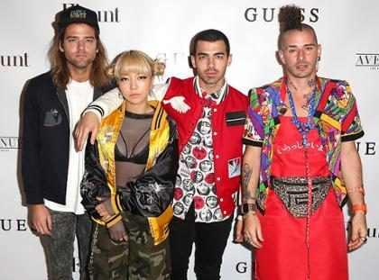 DNCE, banda de Joe Jonas, vai lançar coleção retrô de calçados