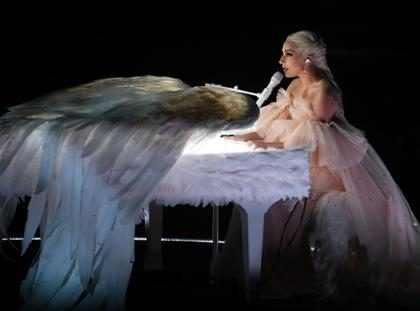 Lady Gaga faz performance poderosa de Joanne e Million Reasons no Grammy Awards 2018