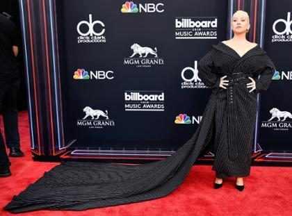 Christina Aguilera usa vestido com cauda generosa no Billboard Awards 2018