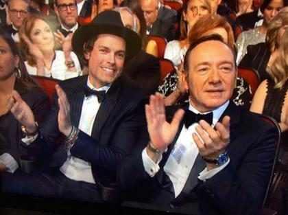 ¿Quién fue el guapo acompañante de Kevin Spacey en los Emmys que enloqueció a Internet? (+ Foto)