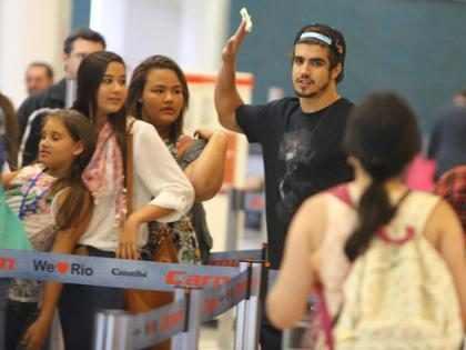Caio Castro deixa fãs babando em aeroporto