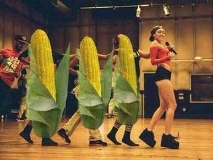 Miley Cyrus dança com milhos gigantes