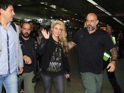 Shakira posa com fãs e distribui autógrafos ao desembarcar no Brasil