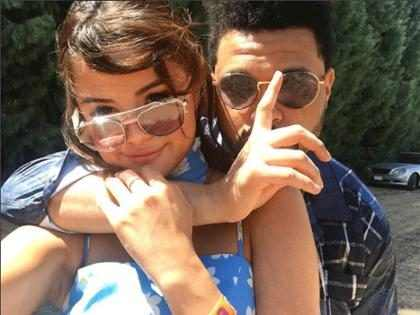 Selena Gomez y The Weeknd se acurrucan en una noche de romance, pizza y videojuegos