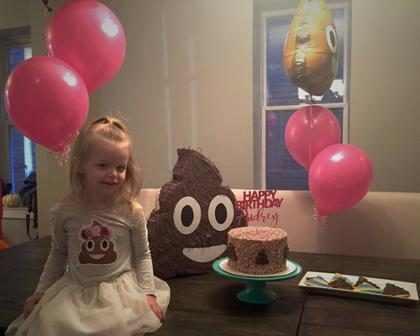 Menina faz festa com tema do emoji de cocô