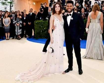 Selena Gomez e The Weeknd fazem primeira aparição oficial em tapete vermelho do MET Gala 2017