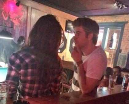 Nina Dobrev e Liam Hemsworth se beijam em bar
