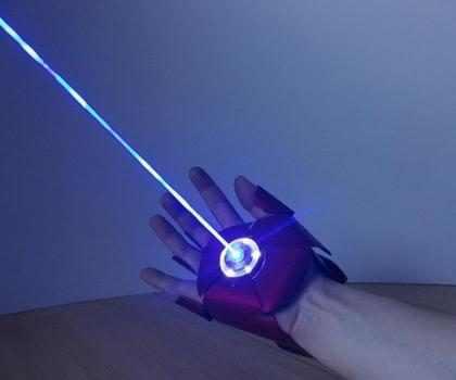 Inventor cria luva do Homem de Ferro que dispara laser