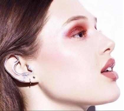 ¡La nueva tendencia en maquillaje es en las orejas y no podemos quitar nuestros ojos de encima!