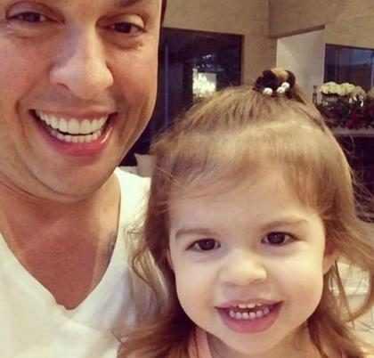 Ceará ensina filha a imitar Silvio Santos em vídeo fofo