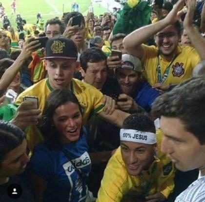 Neymar invade arquibancada para abraçar Bruna Marquezine após jogo do Brasil