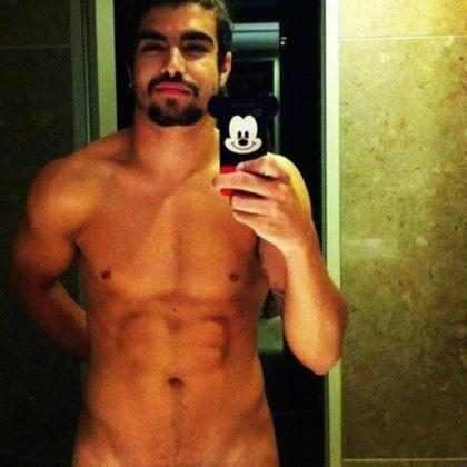 Caio Castro de Papai Noel vira fantasia sexual