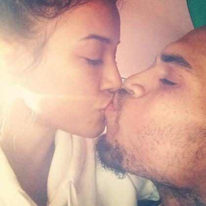 Chris Brown beija namorada antes de se internar em rehab