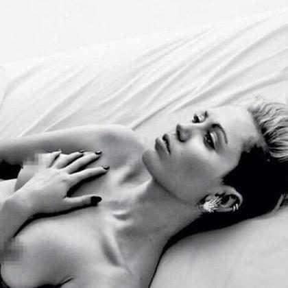 Miley Cyrus compartilha foto com seios completamente à mostra