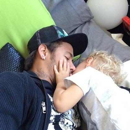 Neymar ensina filho a fazer malabarismo em vídeo fofo