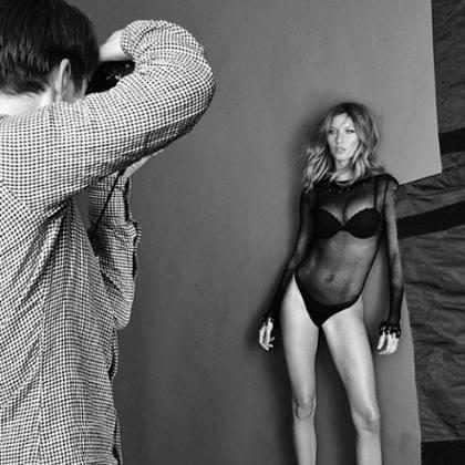 Gisele Bündchen posa sexy em ensaio de fotos