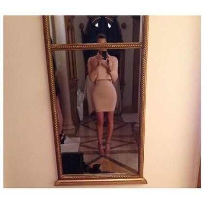 Kim Kardashian aparece magra em look justinho