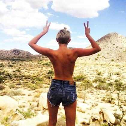 Miley Cyrus publica foto fazendo topless no deserto